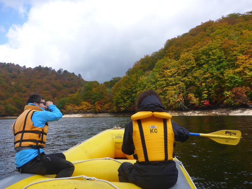 湖の上でのんびり紅葉狩り♪002