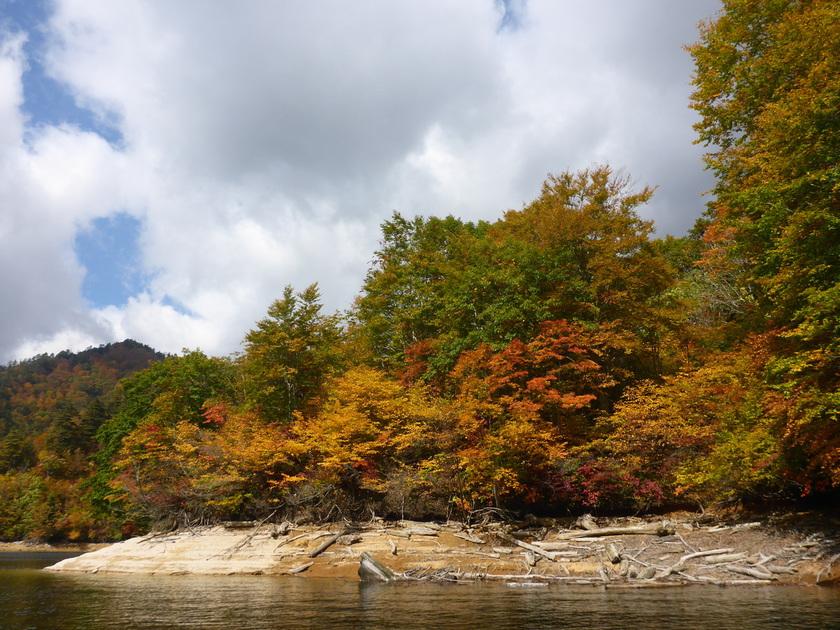 湖の上でのんびり紅葉狩り♪001