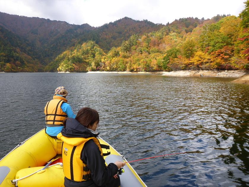 湖の上でのんびり紅葉狩り♪003