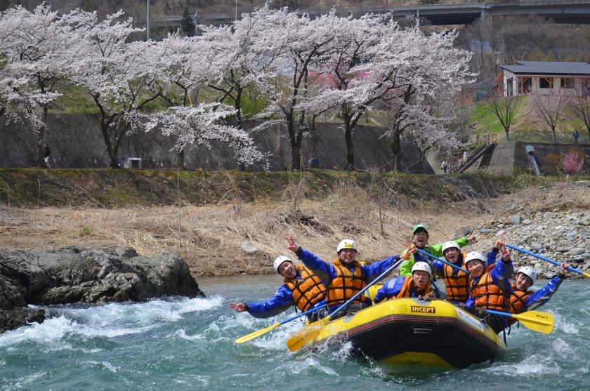 桜を見ながら贅沢ラフティング!001