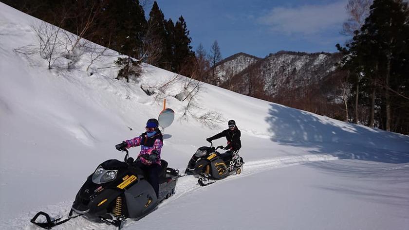 朝イチから夕方まで大人気!スノーモービルで雪原ツーリング003