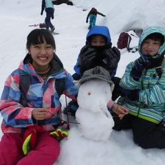 天気は曇りでも、スノーシューで遊べば心は晴れ!!