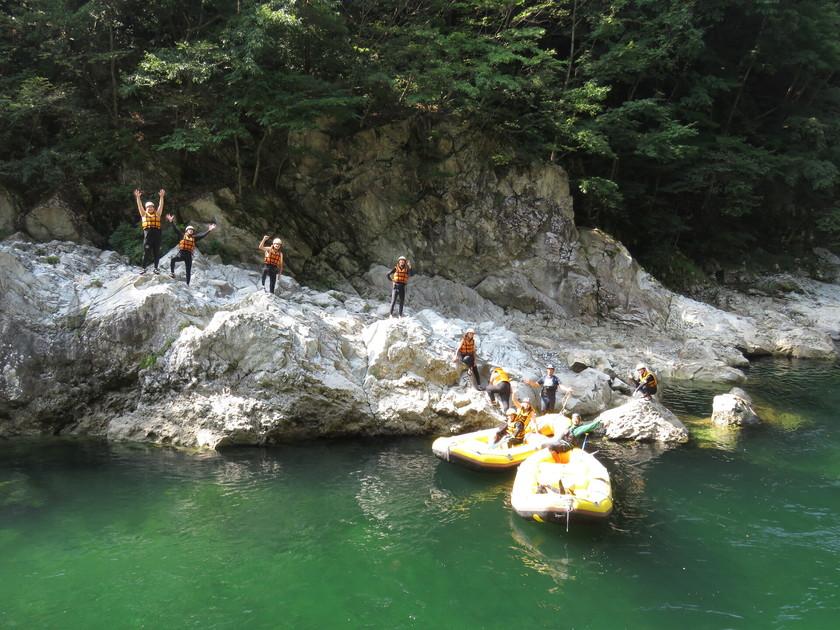 岩の上から川にダーイブ!002