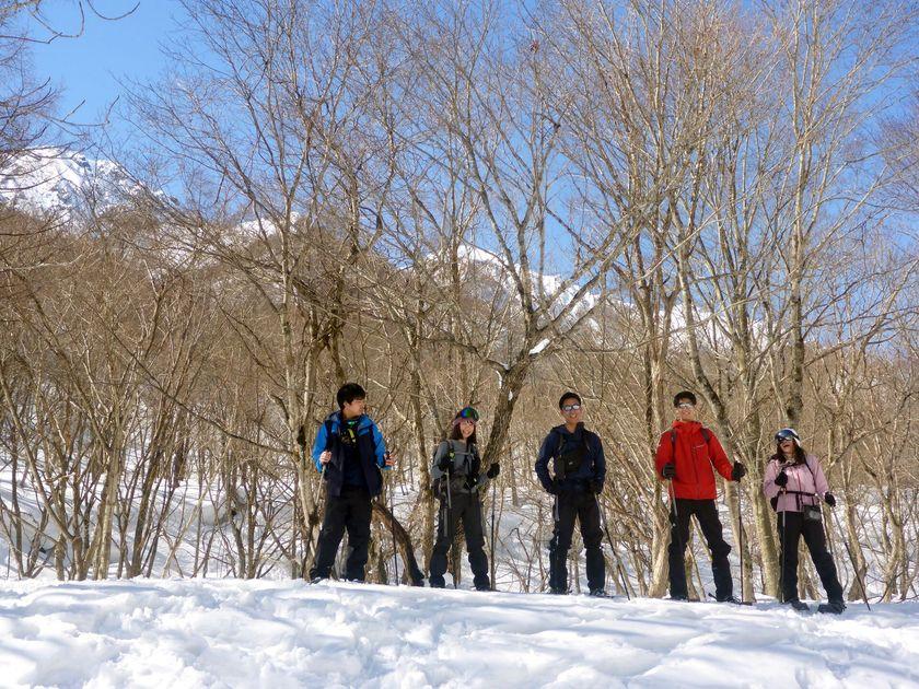 青空の下、スノーシューを履いて雪上ハイキングへ出発!002