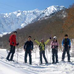 青空の下、スノーシューを履いて雪上ハイキングへ出発!