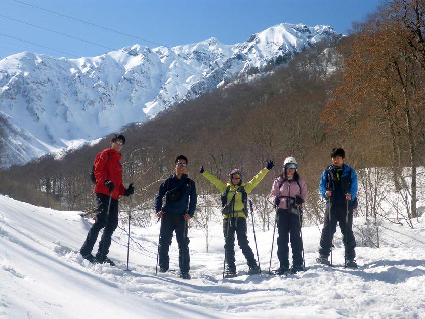青空の下、スノーシューを履いて雪上ハイキングへ出発!001
