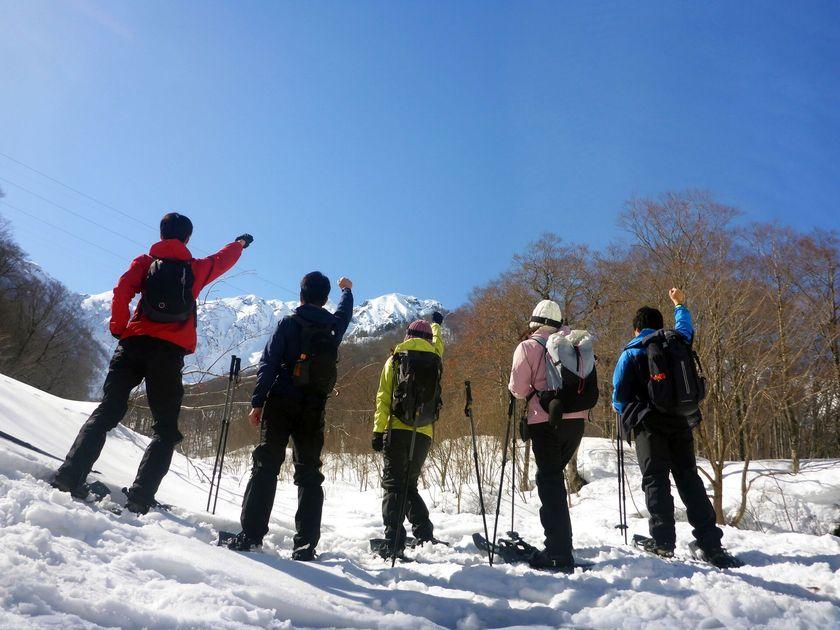 青空の下、スノーシューを履いて雪上ハイキングへ出発!003
